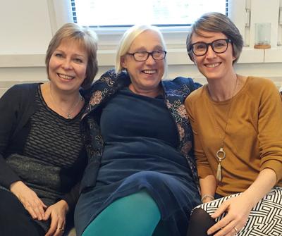 Hilary Kennedy (kesk.) uskoo videointerventioiden lisääntyvän. Hilaryn vasemmalla puolella Kaisa Martikainen ja oikealla puolella Katja Burakoff.