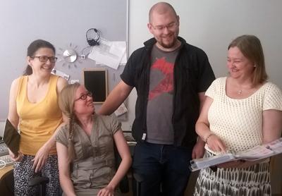 Tikoteekin asiantuntijat Annakaisa Ojanen, Anna Juhász, Taro Katajisto ja Virpi Yiannakou esittelevät kommunikoinnin apuvälineitä ja neuvovat ammattilaisia ja lähi-ihmisiä.