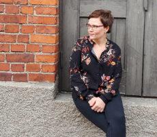 Irina Savolainen istuu portailla.